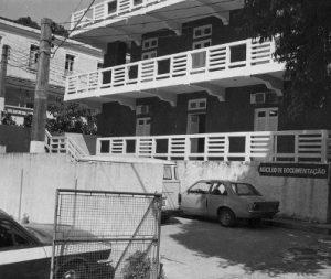 fachada do prédio com a Placa do Núcleo de Documentação. em Charitas - Niterói. Década de [1980]