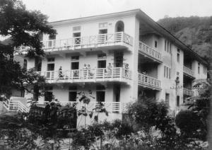 Vista panorâmica do prédio da Escola de Enfermagem com as alunas posando nas varandas , década de 1950